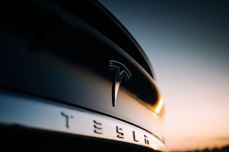 Tesla bringt Autopiloten die Erkennung von Rundumleuchten bei
